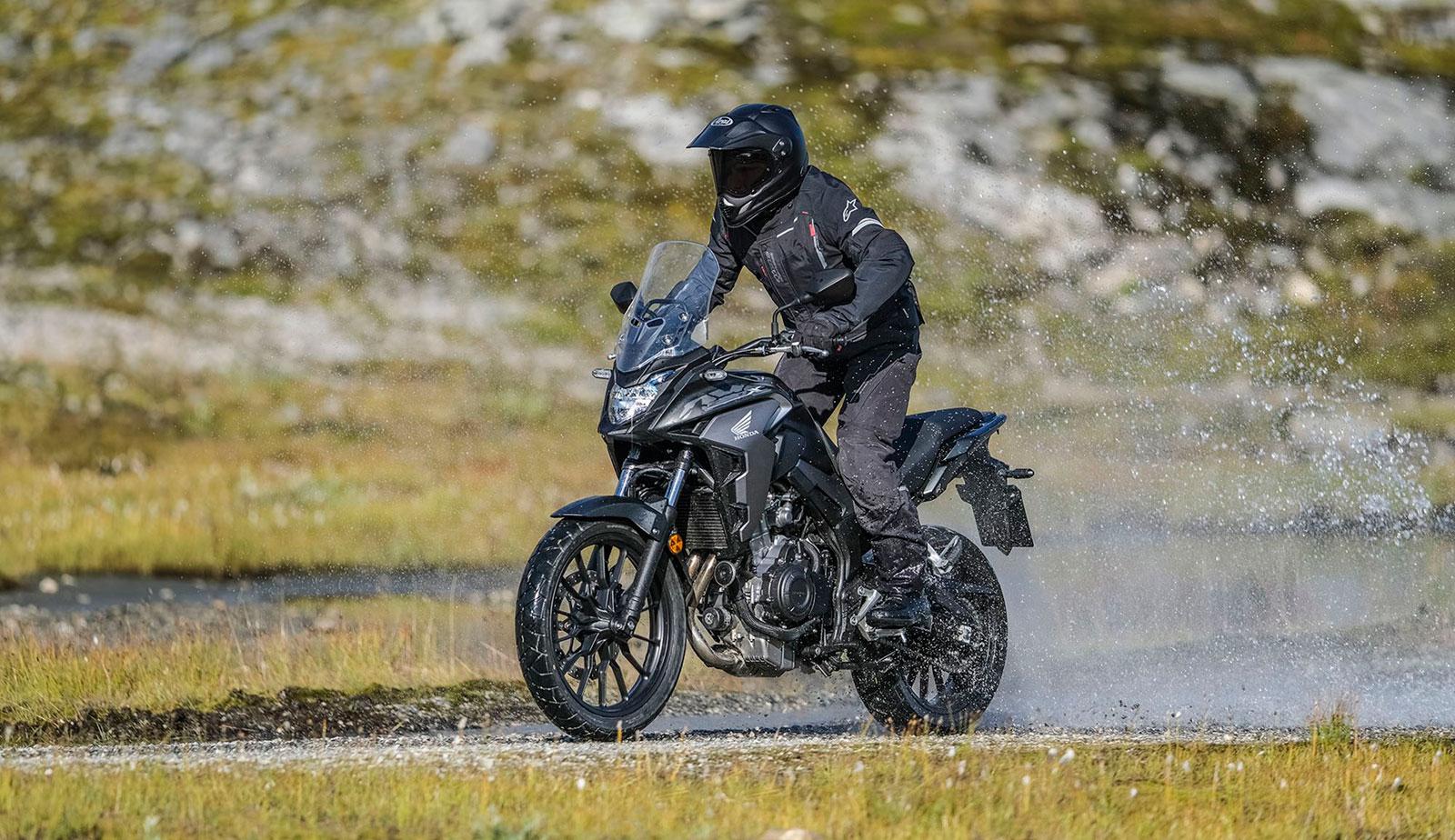 Gama Adventure.Imagen de piloto sobre Honda CB500X fuera de pista y sobre agua